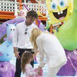 Carlos Moyá y Carolina Cerezuela con su hija Carla en el Parque de Atracciones de Madrid