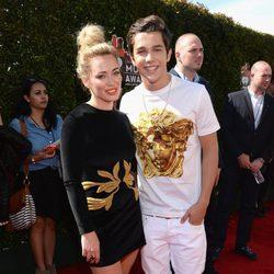 Austin Mahone y Hilary Duff en la alfombra roja de los iHeartRadio Music Awards 2014