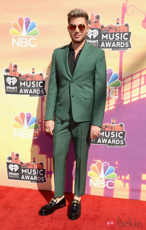 Adam Lambert en la alfombra roja de los iHeartRadio Music Awards 2014