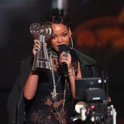 Rihanna recogiendo un galardón en los iHeartRadio Music Awards 2014