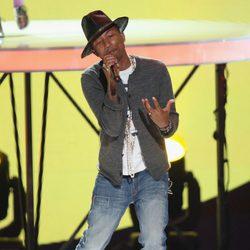 Pharrell Williams durante su actuación en los iHeartRadio Music Awards 2014