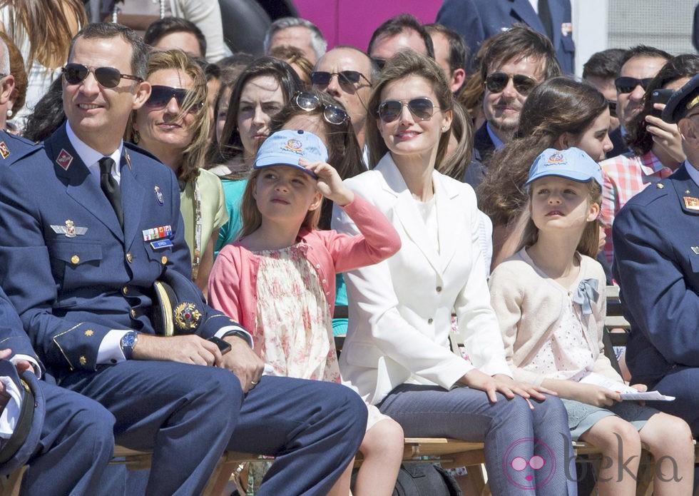 Los Príncipes Felipe y Letizia con las Infantas Leonor y Sofía en un acto oficial