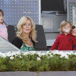Carolina Cerezuela con sus hijos Carla y Carlos en el Charity Day del Open de Madrid 2014