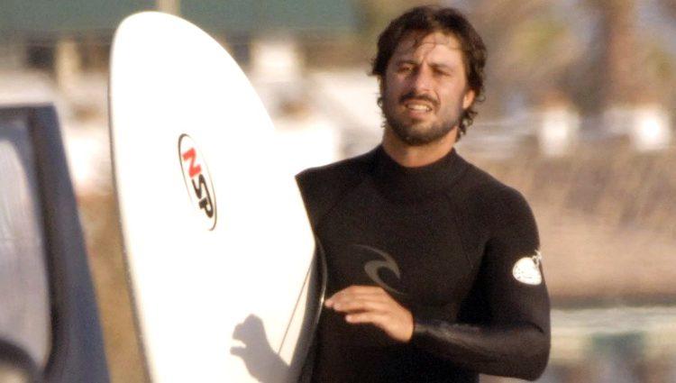 Hugo Silva haciendo surf en las playas de Cádiz