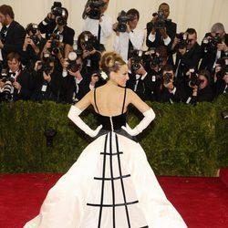 Vista trasera del vestido de Sarah Jessica Parker en la Gala MET 2014
