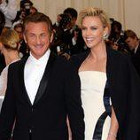 Sean Penn y Charlize Theron en la Gala MET 2014