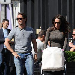 Tamara Ecclestone y Jay Rutland de paseo con su hija Sophia Rutland por Londres