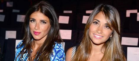 Daniella Semaan y Antonella Roccuzzo en el desfile de Rosa Clará