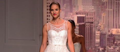 Alba Carrillo desfilando para Rosa Clará de la Barcelona Bridal Week