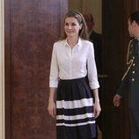 La Princesa Letizia vestida de blanco y negro en una audiencia