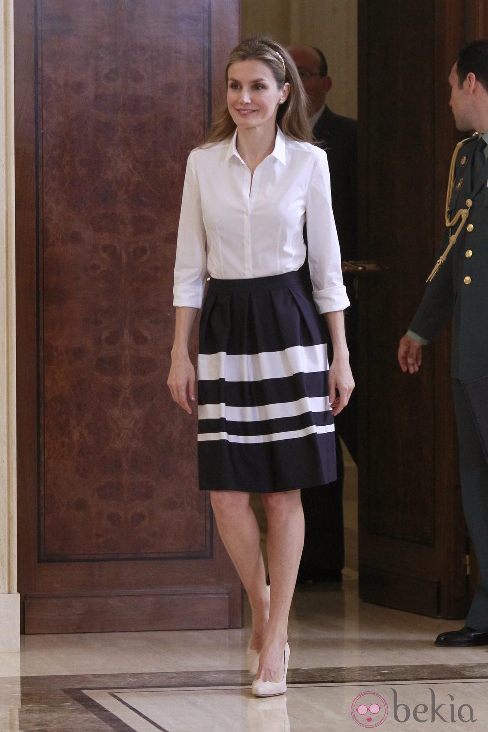 La Princesa Letizia Vestida De Blanco Y Negro En Una