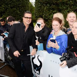 Brad Pitt atiende a los fans en la premiere de 'Maléfica' en Londres