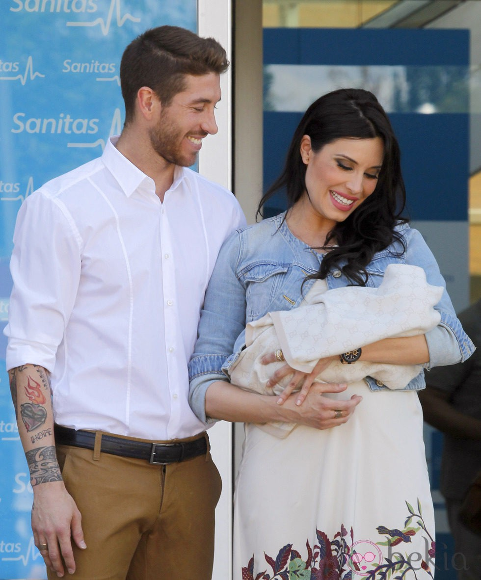 Sergio Ramos y Pilar Rubio miran a su bebé Sergio