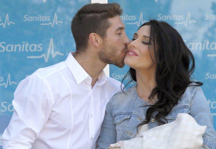 Sergio Ramos besa a Pilar Rubio en la presentación de su hijo