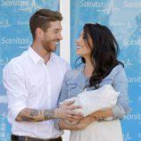 Sergio Ramos y Pilar Rubio se miran enamorados en la presentación de su hijo Sergio