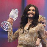 Conchita Wurst posa con su premio como ganadora del Festival de Eurovisión 2014