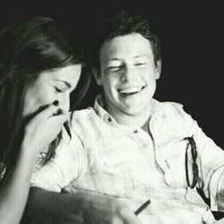 Lea Michele y Cory Monteith sonrientes