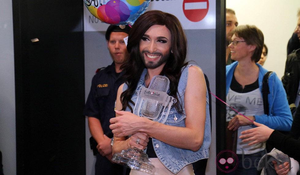 Conchita Wurst a su llegada al aeropuerto de Viena tras ganar Eurovisión 2014
