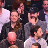 Olivia Wilde y Jason Sudeikis en un partido de la NBA tras convertirse en padres