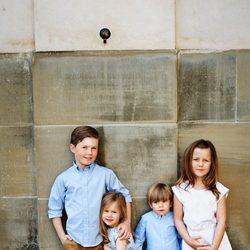 Los hijos de Federico y Mary de Dinamarca posan por el décimo aniversario de boda de sus padres