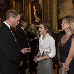 El Príncipe Guillermo hablando con Emma Watson y Kate Moss en una cena benéfica en Windsor