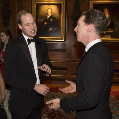 El Príncipe Guillermo charla con Benedict Cumberbatch en una cena benéfica en Windsor