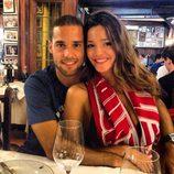 Mario Suárez y Malena Costa pasean los colores del Atlético de Madrid