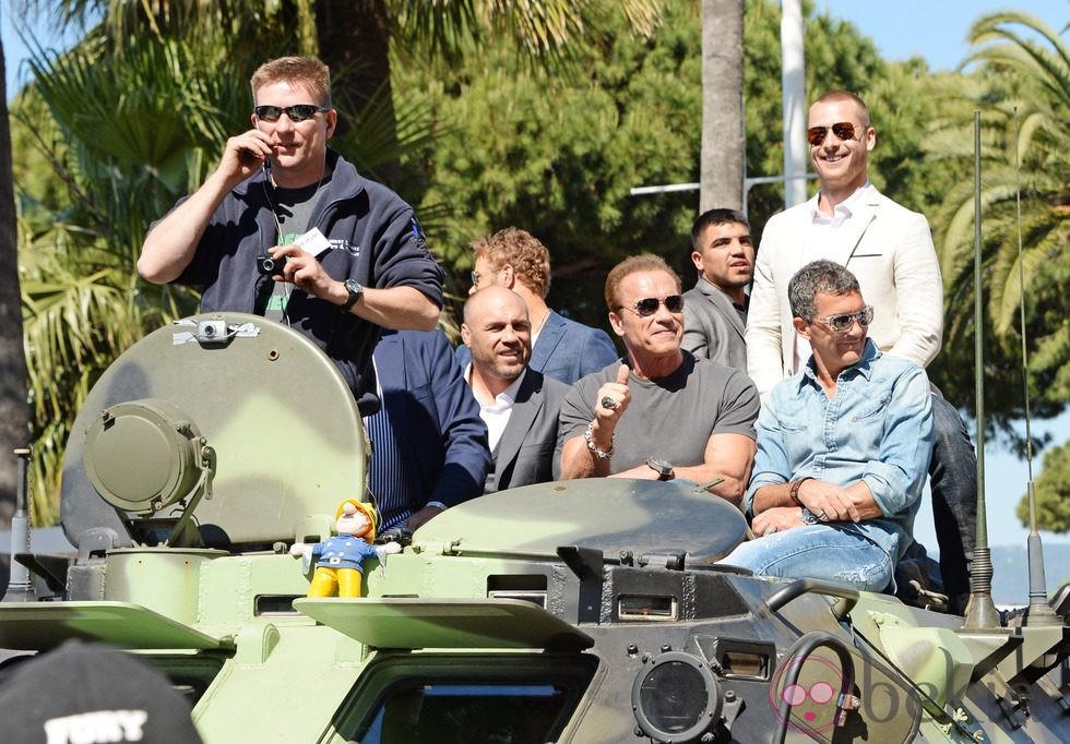 Los protagonistas de 'Los Mercenarios 3' entran en Cannes 2014 subidos a un tanque