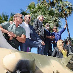 Los protagonistas de 'Los Mercenarios 3' saludan en Cannes 2014 sobre un tanque