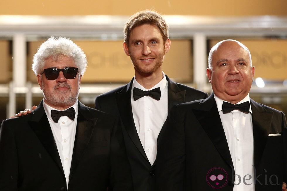 Pedro Almodóvar, Damian Szifron y Agustín Almodóvar en el Festival Cannes 2014