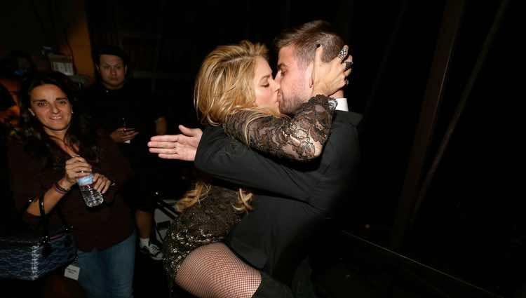 Shakira besando a Gerard Piqué tras su actuación en los Billboard Music Awards 2014