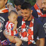 David Villa celebrando la Liga 2014 del Atlético de Madrid con sus hijos Luca y Olaya