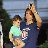 Filipe Luis celebrando la Liga 2014 del Atlético de Madrid con su hijo en brazos
