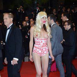 Una mujer protestó desnuda en el Festival de Cannes 2014