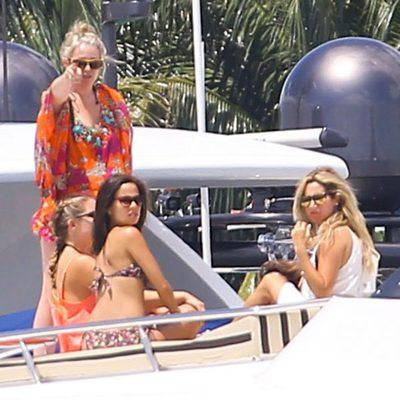 Vanessa Hudgens y Ashley Tisdale en un yate en Miami