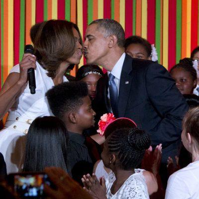 Michelle y Barack Obama se besan durante el evento solidario en la Casa Blanca