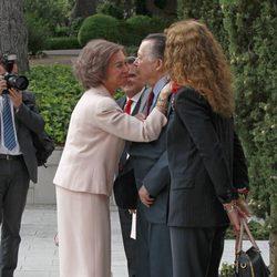 La Reina Sofía saluda al Duque de Calabria en los Premios Sociales 2013