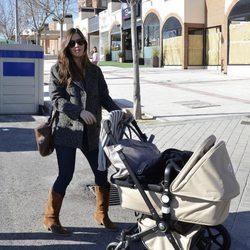 Sara Carbonero con el carrito de su hijo Martín paseando por Madrid