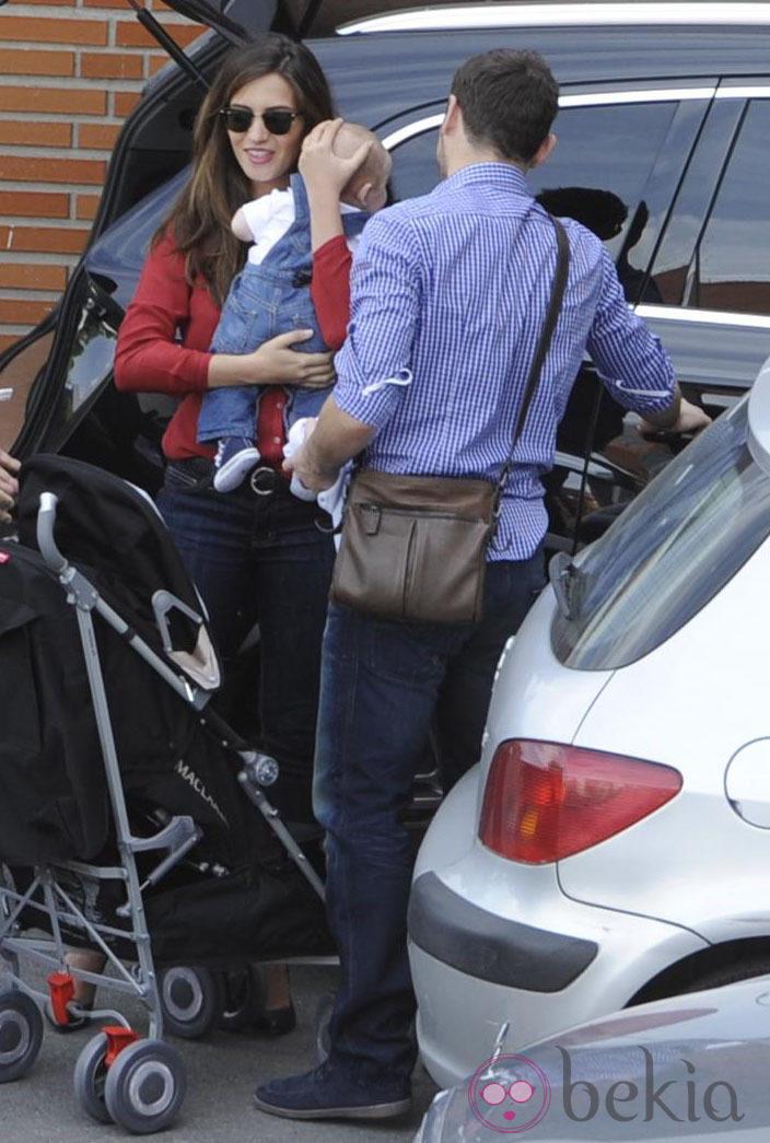 Iker Casillas y Sara Carbonero paseando con su hijo Martín en Madrid