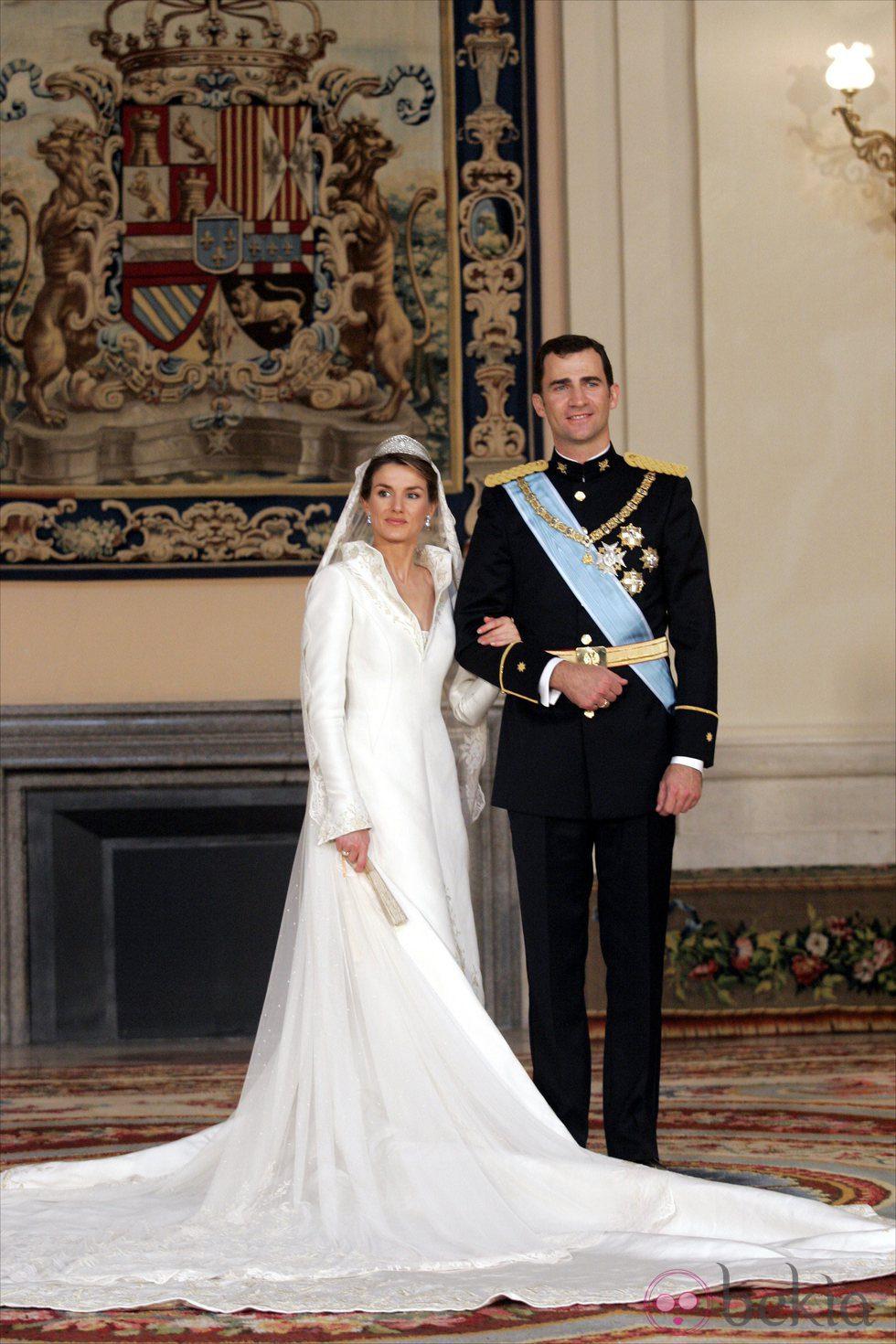 Foto oficial de los Príncipes Felipe y Letizia el día de su boda