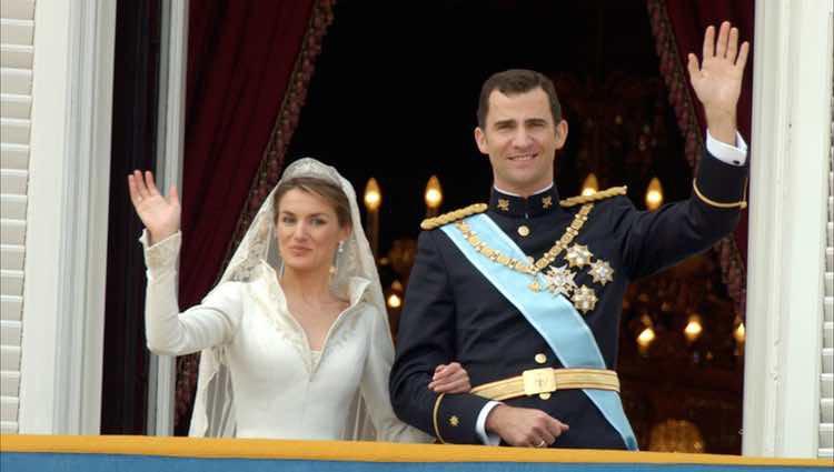 Los Príncipes de Asturias saludan tras su boda