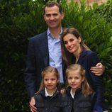 Posado de los Príncipes Felipe y Letizia con sus hijas para celebrar su décimo aniversario de boda