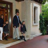 Los Príncipes Felipe y Letizia llevan a sus hijas al colegio en el día de su décimo aniversario de boda