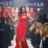 Irina Shayk desfilando en la gala amfAR del Festival de Cannes 2014