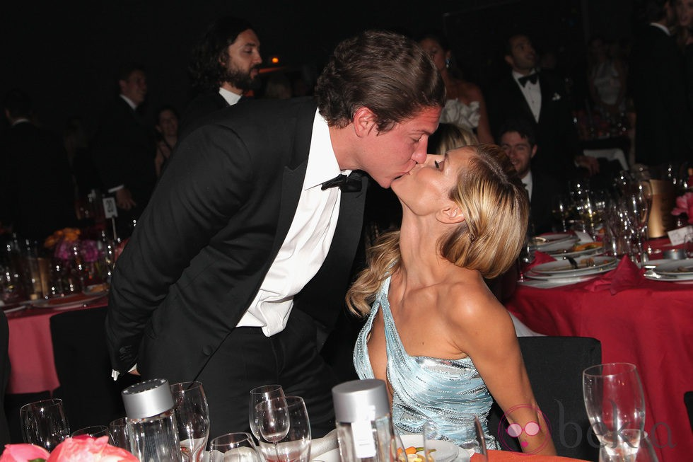 Heidi Klum y Vito Schnabel besándose en la gala amfAR del Festival de Cannes 2014