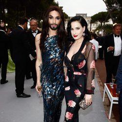 Conchita Wurst y Dita von Teese en la gala amfAR del Festival de Cannes 2014