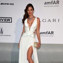 Alessandra Ambrosio en la gala amfAR del Festival de Cannes 2014