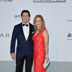 John Travolta y Kelly Preston en la gala amfAR del Festival de Cannes 2014