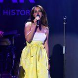 Lana del Rey actuando en la gala amfAR del Festival de Cannes 2014