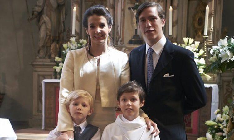 Gabriel de Luxemburgo con sus padres y su hermano en su Primera Comunión
